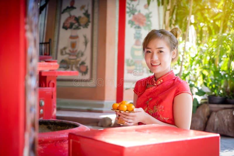 Donna cinese Ragazza asiatica che indossa il condimento tradizionale della Cina per la cultura cinese del nuovo anno fotografie stock libere da diritti