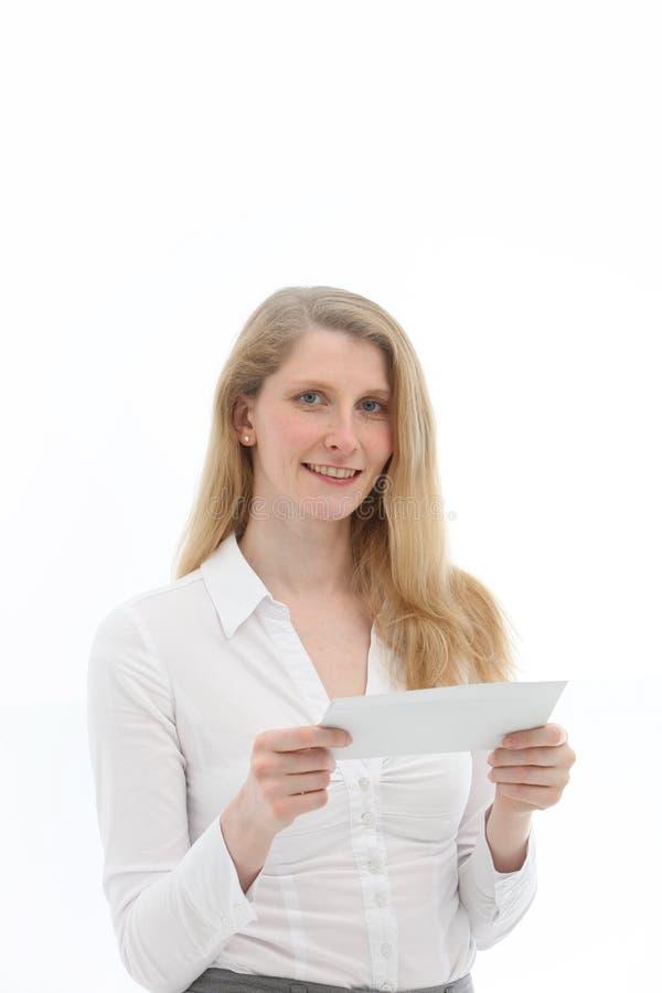 Donna circa per leggere lettera immagine stock libera da diritti