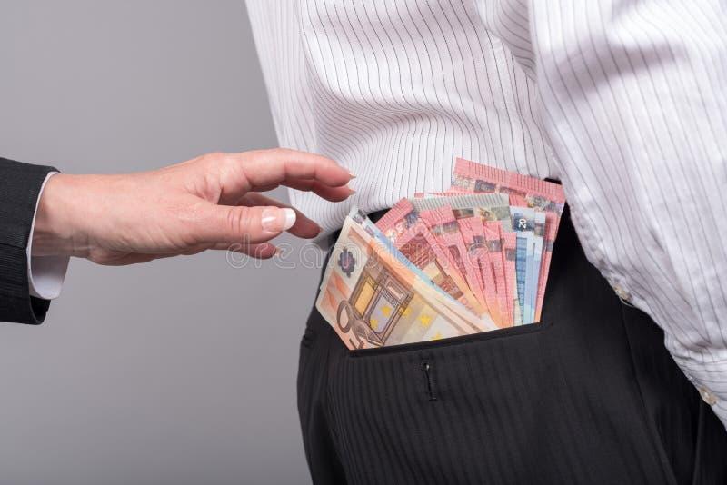 Donna circa per prendere soldi dalla tasca posteriore fotografia stock