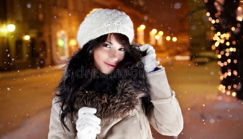 Donna in città alla notte. immagini stock libere da diritti