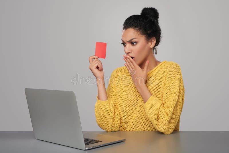 Download Donna Colpita Con La Carta Di Credito Della Tenuta Del Computer Portatile Fotografia Stock - Immagine di emozione, internet: 56888202