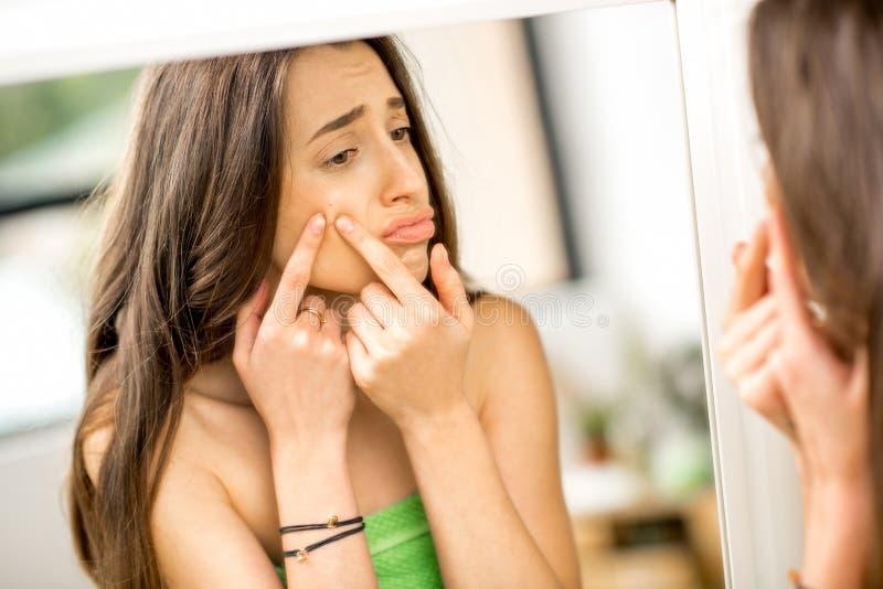 Donna con acne nel bagno fotografia stock libera da diritti