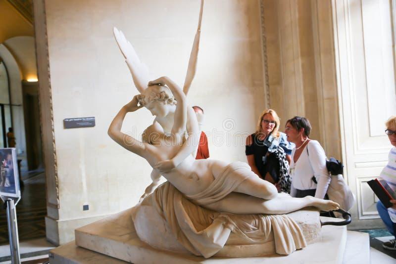 Donna con Angel Statue - museo del Louvre - Parigi fotografia stock libera da diritti
