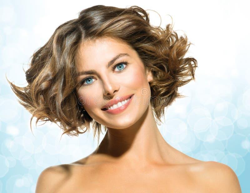 Donna con brevi capelli ricci fotografia stock libera da diritti