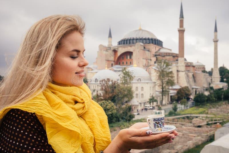 Donna con caffè turco sul bacground di Hagia Sophia, Costantinopoli fotografia stock