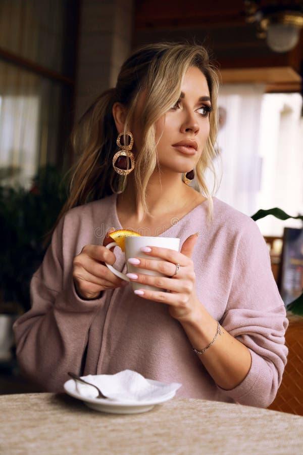 Donna Con Capelli Biondi In Abbigliamento Casual Che Posa ...