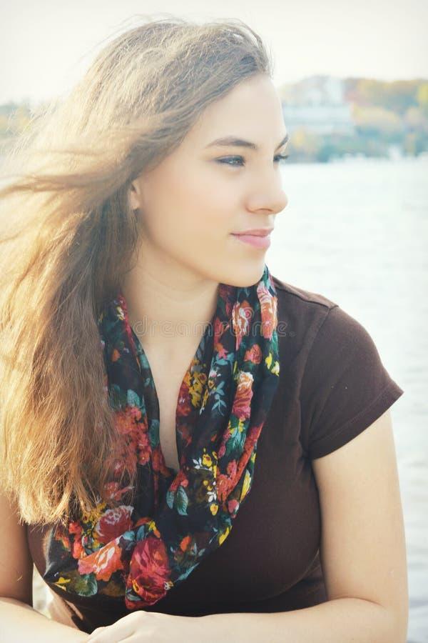 Donna con capelli che saltano in vento immagini stock