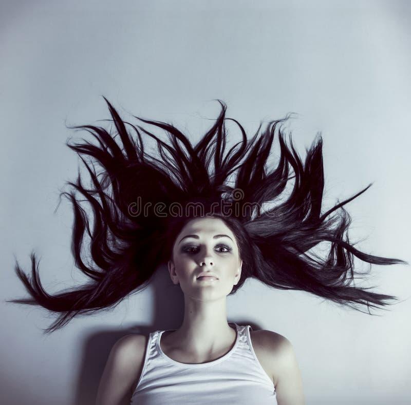 Donna con capelli d'ondeggiamento fotografia stock