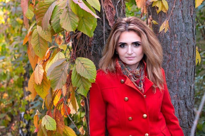 Donna Con Capelli Lunghi In Cappotto Arancione Che Guarda ...
