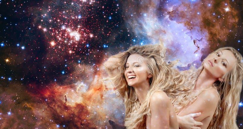 Donna con capelli lunghi Oroscopo, Gemini Zodiac Sign sul fondo del cielo notturno fotografie stock