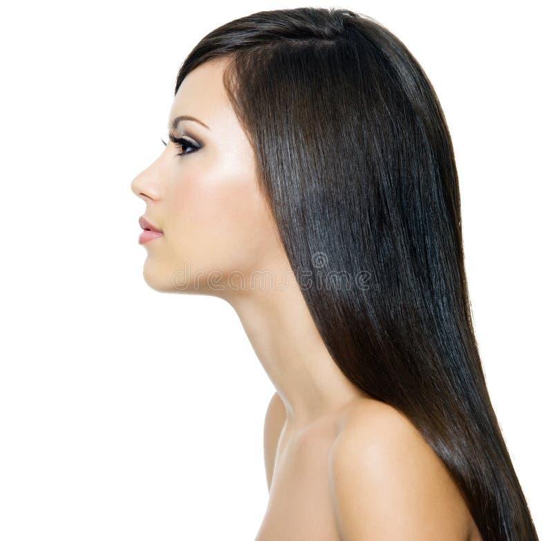 Donna con capelli marroni sani lunghi immagine stock