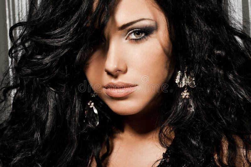 Donna con capelli neri fotografia stock. Immagine di ...