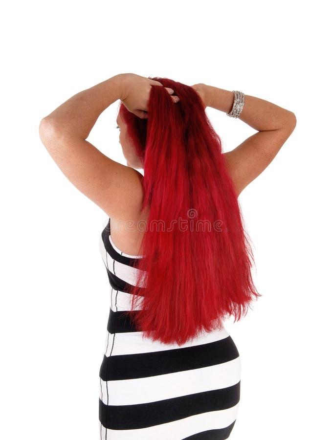 Donna con capelli rossi che stanno dalla parte posteriore fotografie stock