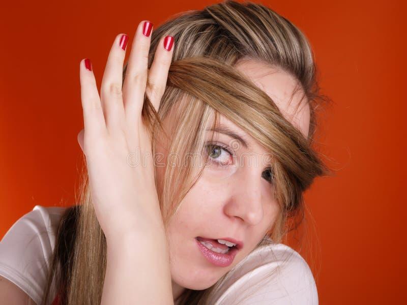 Donna con capelli sopra il suo fronte immagine stock