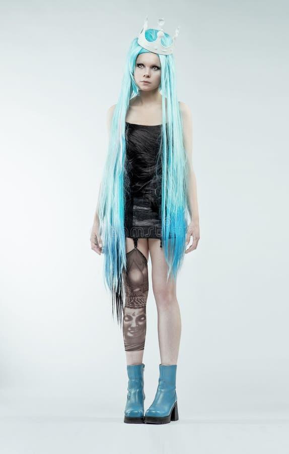 Donna con ciano capelli lunghi fotografia stock libera da diritti