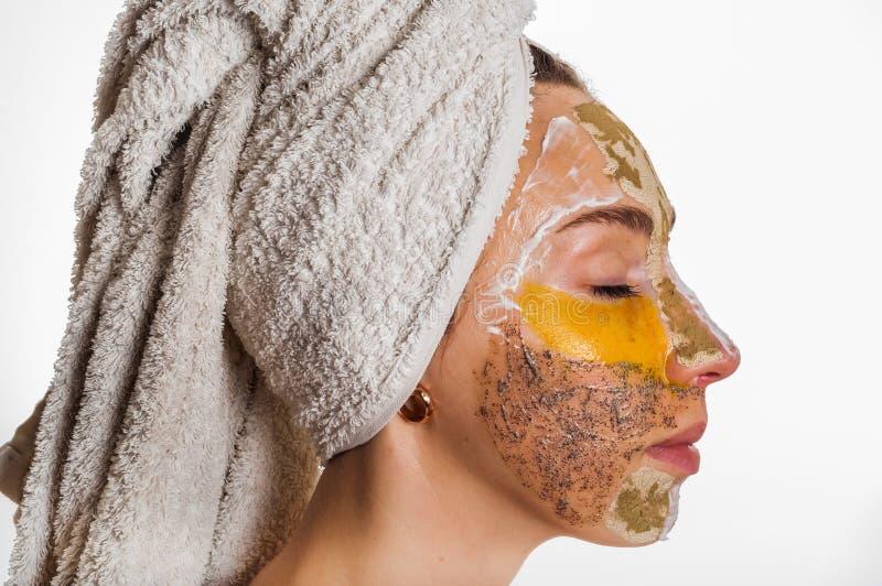 Donna con differenti maschere sul suo fronte immagini stock