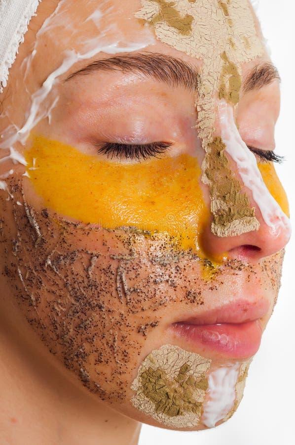 Donna con differenti maschere sul suo fronte immagine stock