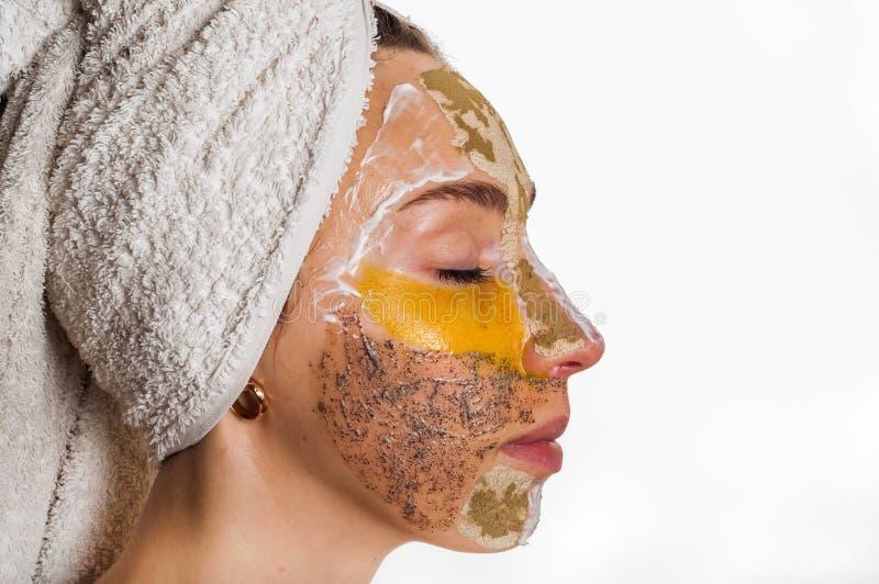 Donna con differenti maschere sul suo fronte fotografia stock libera da diritti