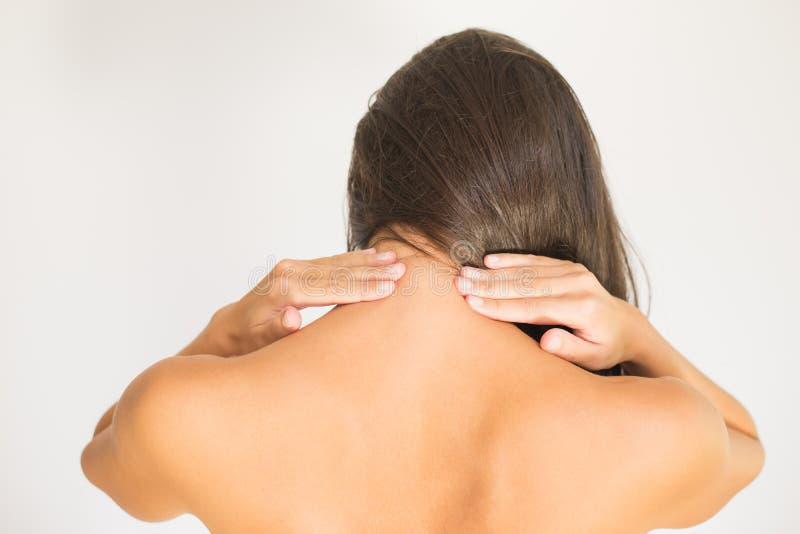Donna con dolore al collo della parte posteriore e della tomaia fotografia stock libera da diritti