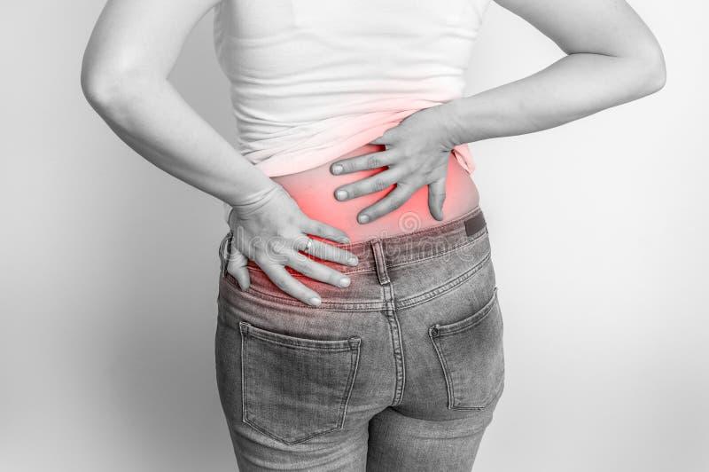 Donna con dolore alla schiena - foto in bianco e nero immagine stock