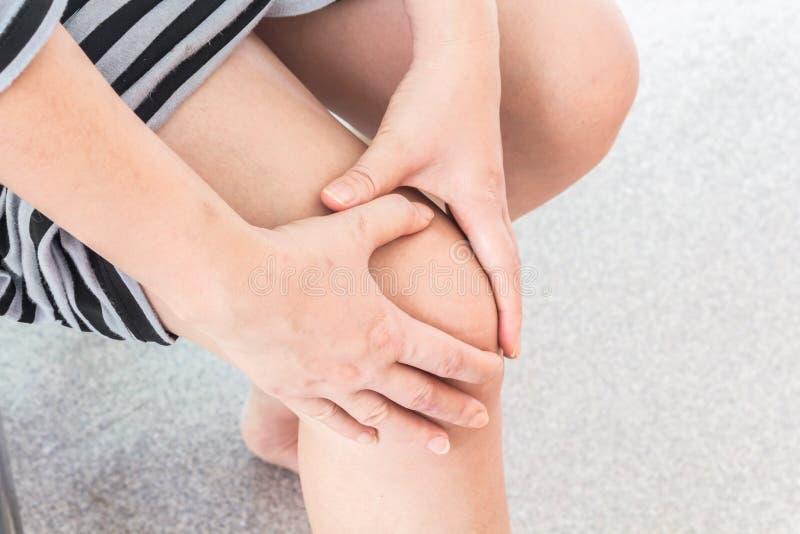 Donna con dolore del ginocchio fotografie stock libere da diritti