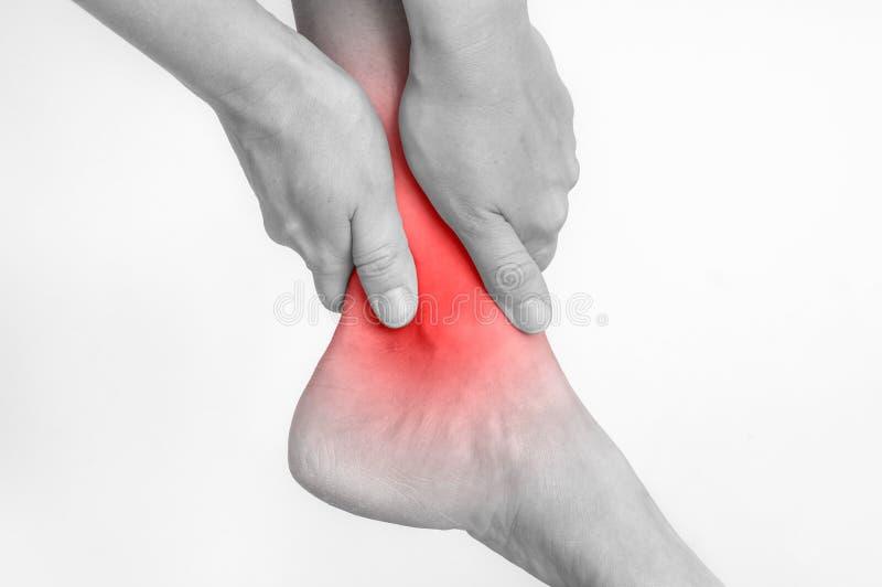 Donna con dolore della caviglia che tiene la sua gamba facente male fotografia stock