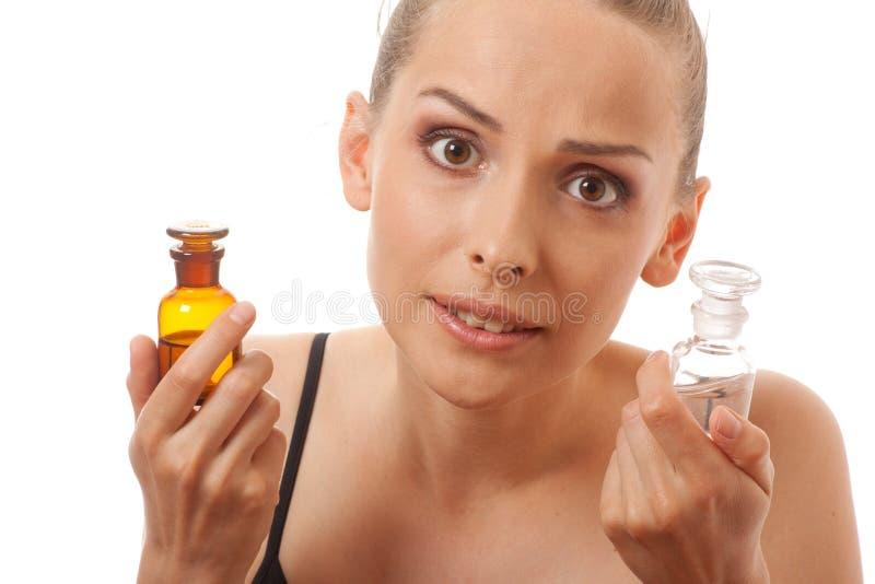 Donna con due bottiglie di medicina o di profumo fotografie stock libere da diritti