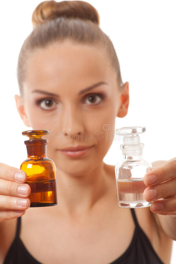 Donna con due bottiglie di medicina o di profumo immagini stock libere da diritti