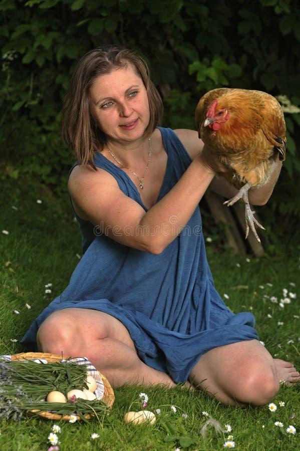 Donna con gallinacei immagine stock