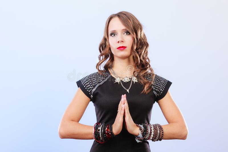 Donna con gioielli in vestito da sera nero fotografie stock