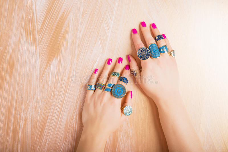 Donna con gli anelli alla moda sulle sue dita immagine stock libera da diritti