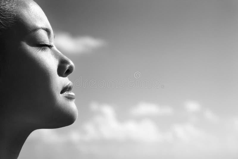 Donna con gli occhi chiusi. immagini stock