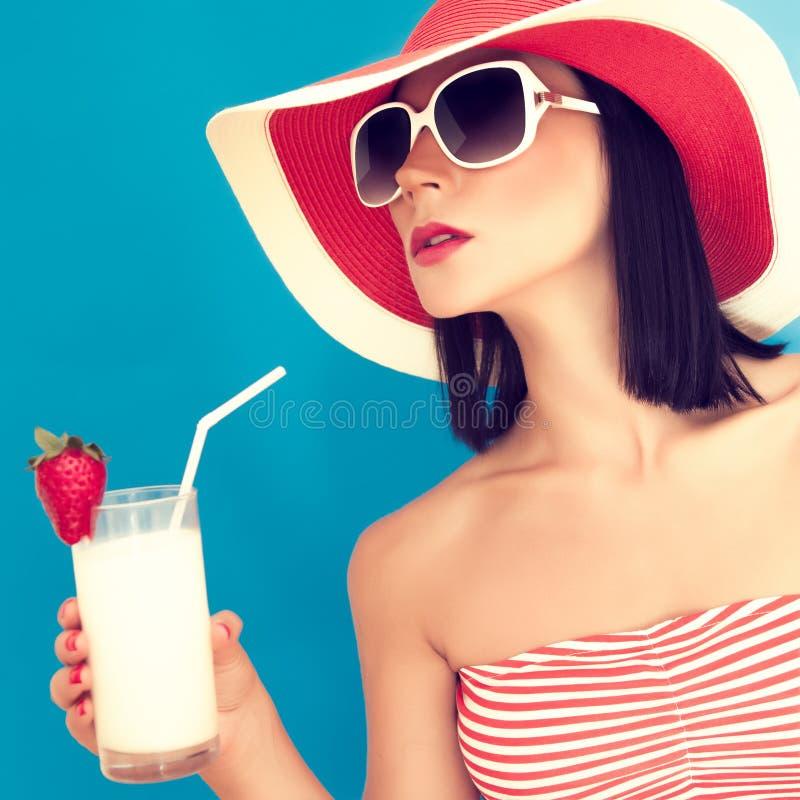 donna con gli occhiali da sole che beve un cocktail immagini stock libere da diritti