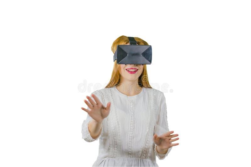 Donna con gli occhiali di protezione di realtà virtuale su fondo bianco fotografia stock