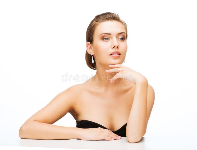 Donna con gli orecchini e la fede nuziale immagini stock libere da diritti