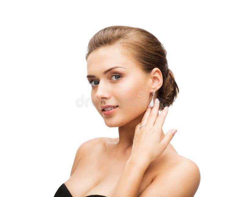 Donna con gli orecchini e la fede nuziale fotografie stock