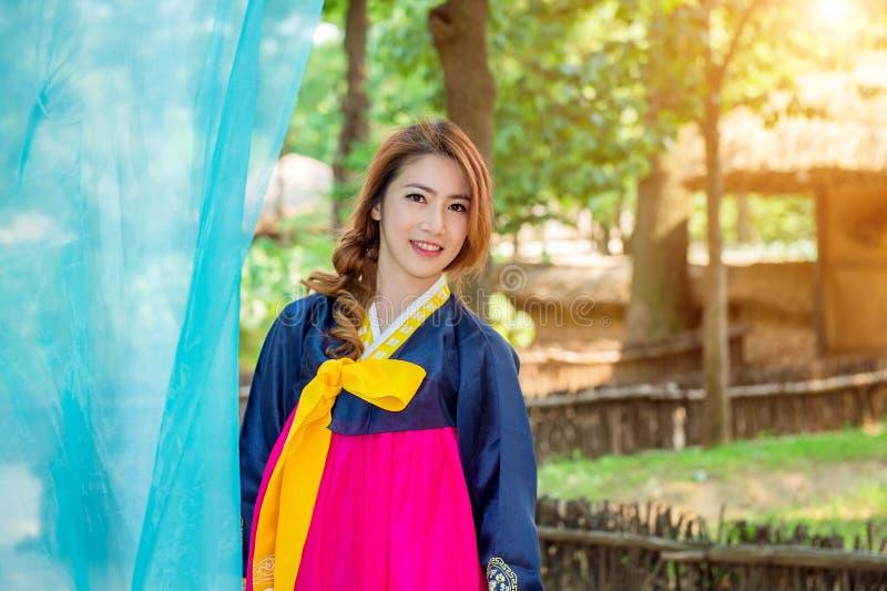 Donna con Hanbok, il vestito coreano tradizionale fotografia stock