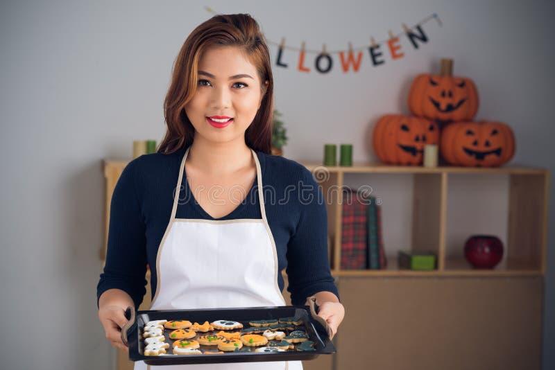 Donna con i biscotti immagine stock