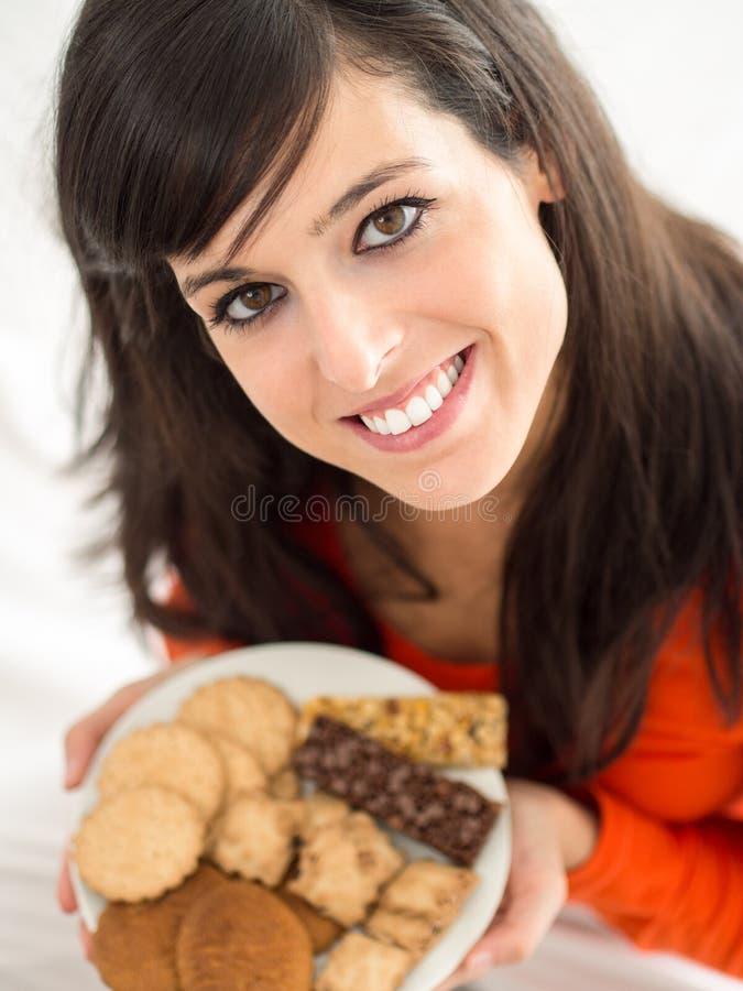 Donna con i biscotti squisiti fotografia stock