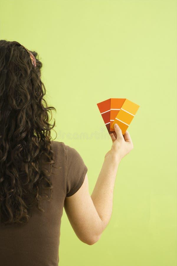 Donna con i campioni della vernice. fotografia stock