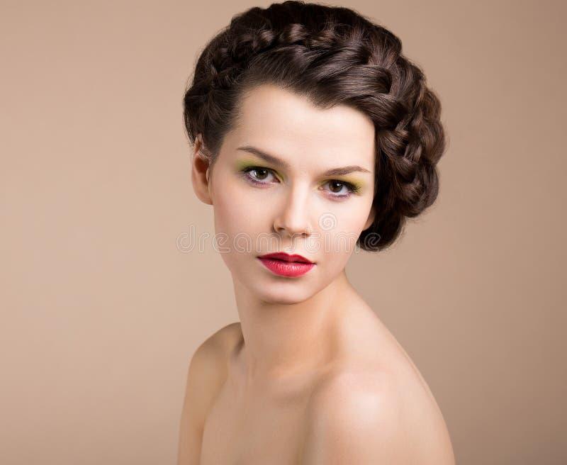 Donna con i capelli di Brown. Neolatino fotografia stock libera da diritti
