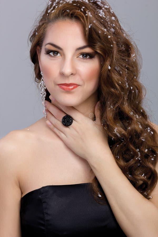 Donna Sexy Con La Posa Marrone Lunga Dei Capelli ...