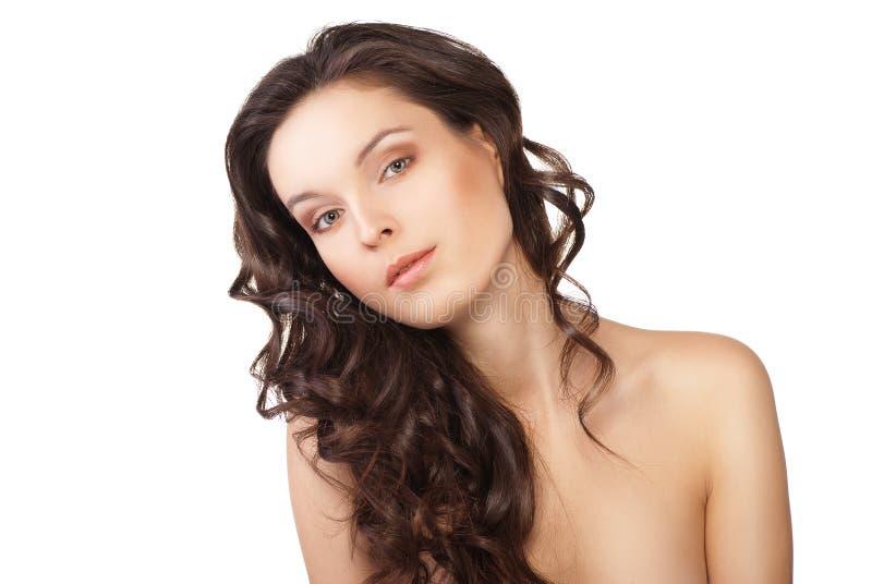 Donna con i capelli marroni lunghi di bellezza isolati immagine stock libera da diritti