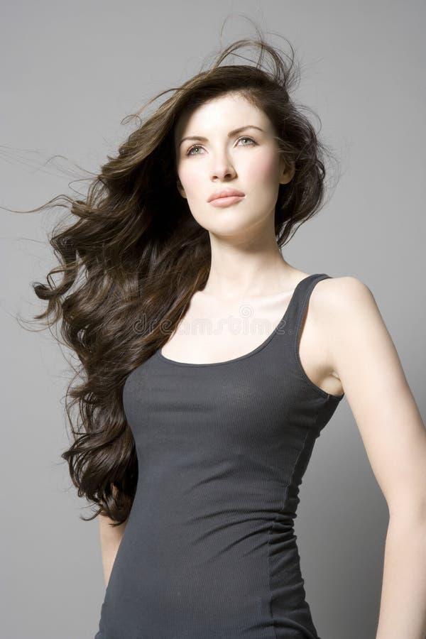 Donna con i capelli ondulati lunghi di Brown fotografie stock libere da diritti