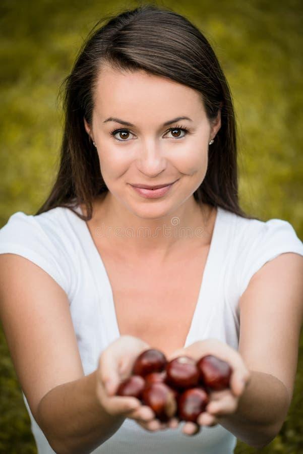 Donna con i chesnuts fotografie stock libere da diritti