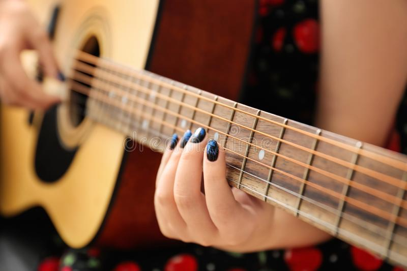 Donna con i chiodi alla moda di colore che giocano chitarra, primo piano fotografia stock libera da diritti