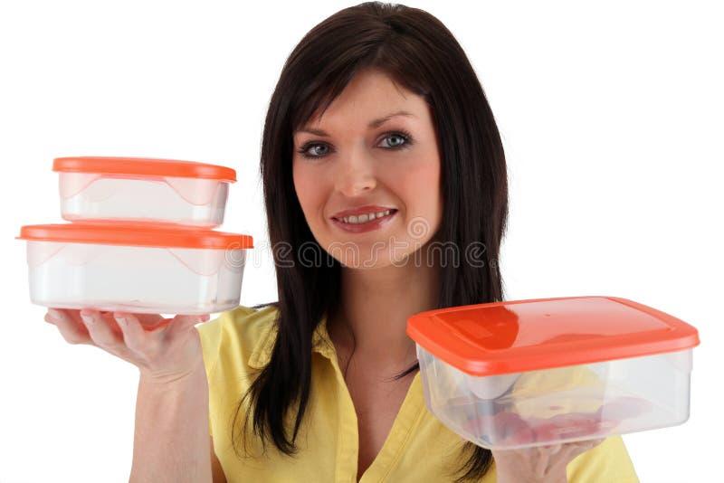 Donna con i contenitori vuoti di alimento fotografie stock