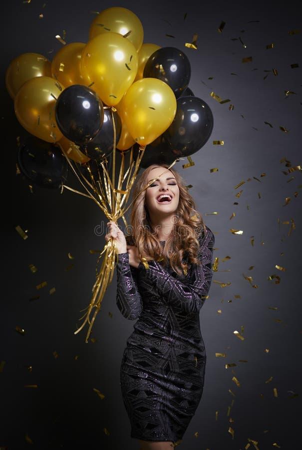 Donna con i coriandoli ed i palloni fotografia stock libera da diritti