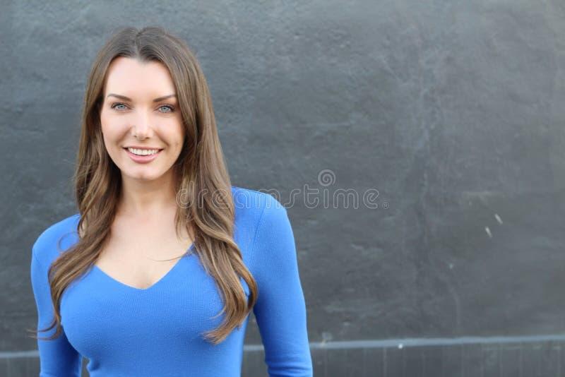 Donna con i denti perfetti bianchi diritti con lo spazio della copia immagini stock libere da diritti