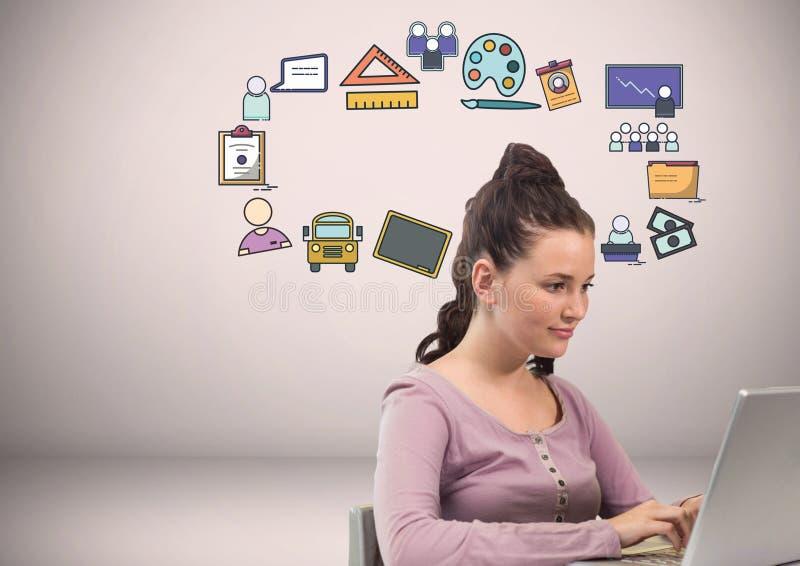 Donna con i disegni di grafici craetive delle icone di istruzione fotografia stock libera da diritti
